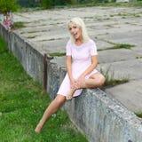 Fille positive blonde mignonne de hippie Image stock