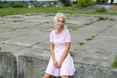 Fille positive blonde mignonne de hippie Photographie stock