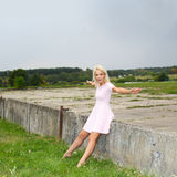 Fille positive blonde mignonne de hippie Photographie stock libre de droits