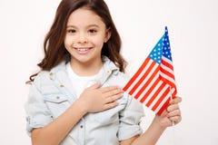 Fille positive exprimant l'amour à sa nation en studio Images libres de droits