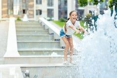 Fille positive heureuse regardant l'eau image stock
