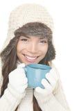 Fille potable de boissons de thé/café de l'hiver images stock