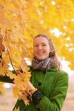 Fille près d'arbre d'automne images stock
