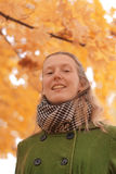 Fille près d'arbre d'automne photos libres de droits