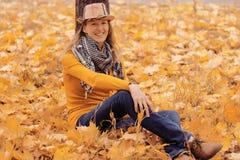 Fille près d'arbre d'automne image stock
