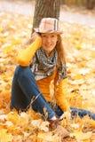 Fille près d'arbre d'automne photographie stock libre de droits