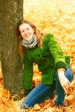 Fille près d'arbre d'automne image libre de droits