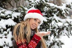 Fille près d'arbre de Noël avec la neige Photo stock