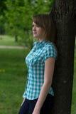 fille près de l'arbre Photos stock