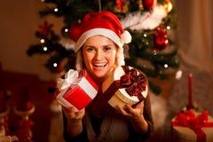 Fille près de l'arbre de Noël retenant les cadres actuels image libre de droits
