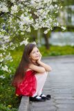 Fille près des fleurs de pommier Photos stock