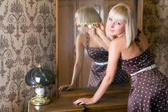 Fille près du miroir Image stock