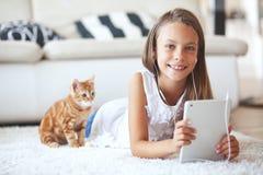 Fille pré de l'adolescence avec le PC de comprimé Photos libres de droits