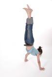 Fille pré de l'adolescence de jeunes exécutant un Handstand 1 Photos stock