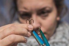Fille préparant un crochet pour la pêche Photos libres de droits