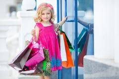 Fille préscolaire d'amusement marchant avec des sacs Image libre de droits