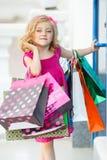 Fille préscolaire d'amusement marchant avec des sacs Photographie stock libre de droits