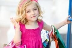 Fille préscolaire d'amusement marchant avec des sacs Photos stock