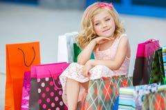 Fille préscolaire d'amusement marchant avec des sacs Photographie stock