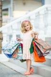 Fille préscolaire d'amusement marchant avec des sacs Photos libres de droits