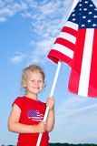 Fille préscolaire retenant un indicateur américain. Photo stock