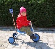Fille préscolaire sur le tricycle Photographie stock