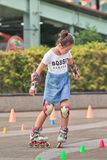 Fille pratiquant patiner en ligne, Pékin, Chine Photos libres de droits