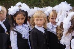 Fille-premier-niveleuse à la ligne d'école le 1er septembre Jour de la connaissance Photo stock
