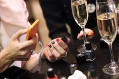 Fille prenant des photos de vernis à ongles de Chanel moscou 24 07 2013 Photo stock