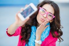 Fille prenant des photos de vous-même à votre téléphone portable Photo stock