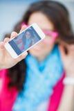 Fille prenant des photos de vous-même à votre téléphone portable Photo libre de droits