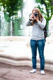 Fille prenant des photos pendant la course Photographie stock libre de droits