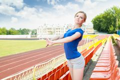 Fille prenant l'exercice dehors Image stock