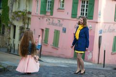 Fille prenant la photo de son ami à Paris Photo stock