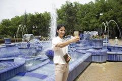 Fille prenant le selfie à côté de la fontaine Photo libre de droits