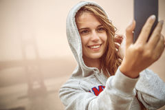 Fille prenant le selfie Photo stock