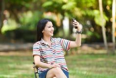 fille prenant le smartphone de selfie Photos libres de droits