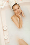 Fille prenant un bain de lait Photo stock