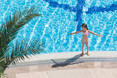 Fille prenant un bain de soleil au bord de la piscine Images stock