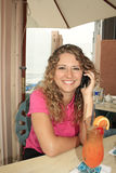 Fille prenant un faire appel à son téléphone portable Photos libres de droits