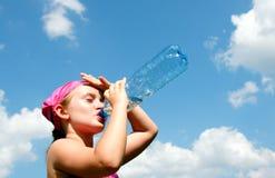 Fille prenant une boisson altérée photographie stock libre de droits