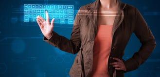 Fille pressant le type virtuel de clavier Photographie stock libre de droits