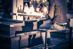 Fille priant devant la tombe Image libre de droits