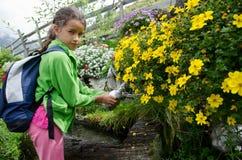 Fille qui remplit bouteille d'eau à une fontaine Image libre de droits