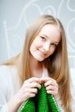 Fille qui tricote sur les pointeaux Photos stock