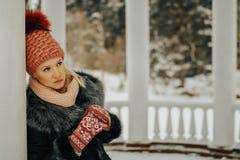 Fille réfléchie de cheveux blonds dans des vêtements d'hiver image libre de droits