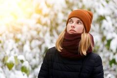 Fille réfléchie en parc d'hiver Photographie stock