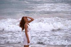 Fille réfléchie près de l'océan photo stock