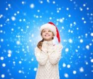 Fille rêvante dans le chapeau d'aide de Santa Images libres de droits
