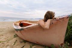Fille rêvante sur la plage Photos libres de droits